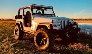 Read more about the article Jeep Wrangler without doors and mirrors, is it illegal to drive?